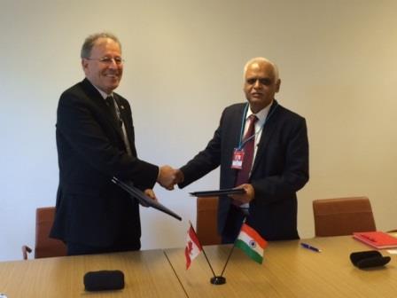 M. Michael Binder, président de la CCSN et M.S.A. Bhardwaj, président la Commission  de réglementation de l'énergie atomique de l'Inde