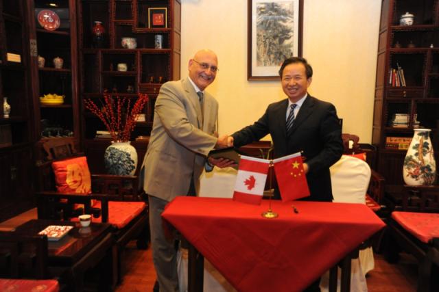 Li Ganjie, administrateur de l'ANSN, et Ramzi Jammal, de la CCSN.