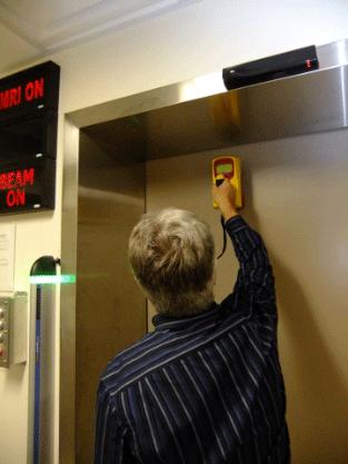 Inspecteur de la CCSN mesurant les débits de dose pendant une inspection