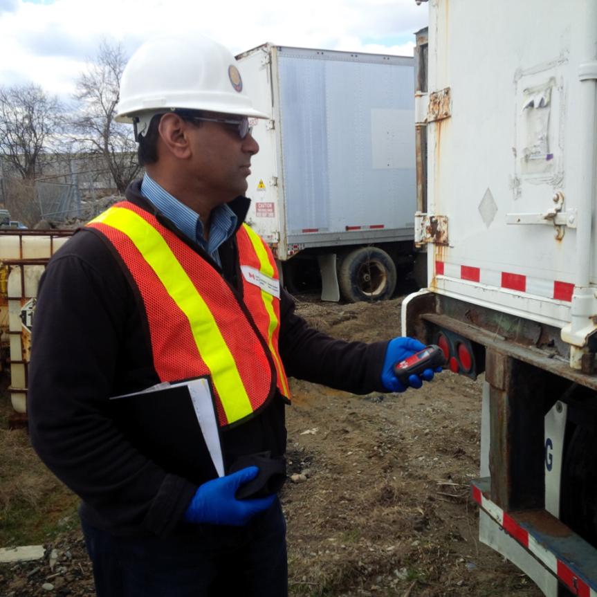 Inspecteur de la CCSN inspectant un titulaire de permis déchets de substances nucléaires