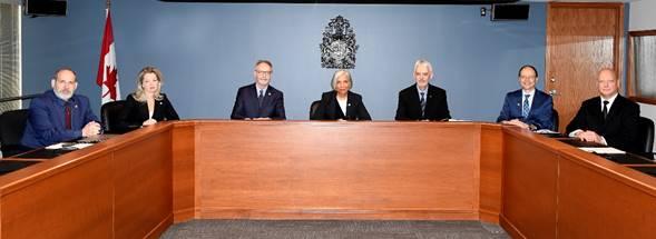 Image    des commissaires pendant une audience publique
