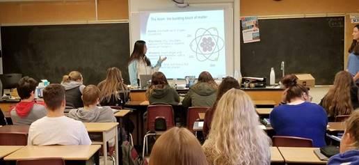 Photo    d'étudiants qui apprennent les principes fondamentaux du rayonnement d'une    employée de la CCSN