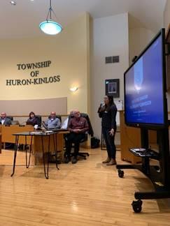 Photo    d'une employée de la CCSN donnant une présentation aux membres d'une    collectivité à la demande d'un comité de liaison communautaire