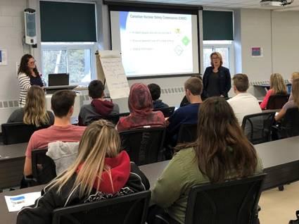 Image    d'étudiants qui apprennent les principes fondamentaux du rayonnement avec le    personnel de la CCSN