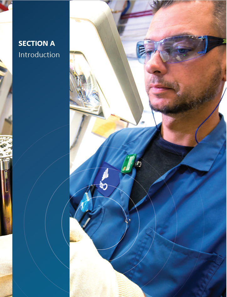 Image    de couverture pour la section A, Introduction, montrant un employé de    l'installation de fabrication de combustible de Cameco en train d'inspecter    des grappes de combustible CANDU prêtes pour utilisation.
