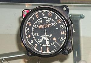Un instrument de navigation d'aéronef avec lettres, chiffres et pointeurs couverts d'une peinture au radium.