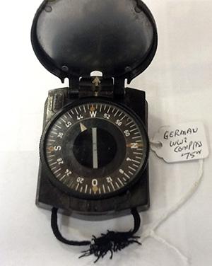 Une boussole allemande de la Seconde Guerre mondiale dont les pointeurs sont couverts d'une peinture au radium.