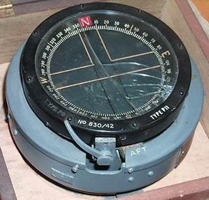 Un compas d'un bombardier Lancaster contenant des marqueurs couverts d'une peinture au radium.