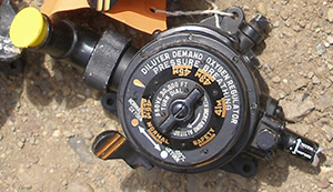 Un régulateur d'oxygène d'un aéronef, avec chiffres et lettres peints au pochoir au moyen d'une peinture au radium.