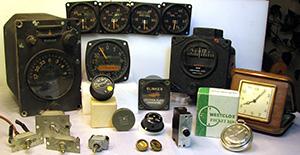 Sont ici illustrés plusieurs appareils contenant un composé lumineux au radium. Il s'agit notamment d'instruments d'aéronefs militaires anciens, d'interrupteurs à bascule, d'une montre et d'un cadran anciens, de boutons d'instruments, d'un disjoncteur et de poignées de tiroir.