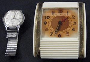 Une horloge d'époque dont les chiffres et aiguilles sont couverts d'une peinture au radium.