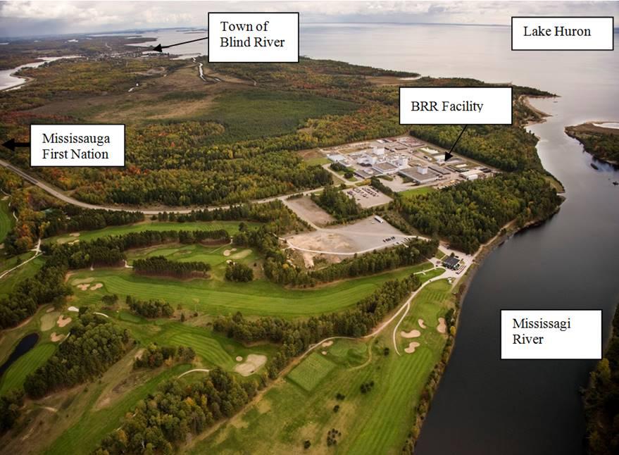 Cette photo montre une vue aérienne de la Raffinerie de Blind River de Cameco, située à Blind River, en Ontario. L'installation est située sur les rives du lac Huron et de la rivière Mississagi. La Première Nation de Mississauga se trouve à environ 1 kilomètre de la RBR et est la collectivité la plus près.