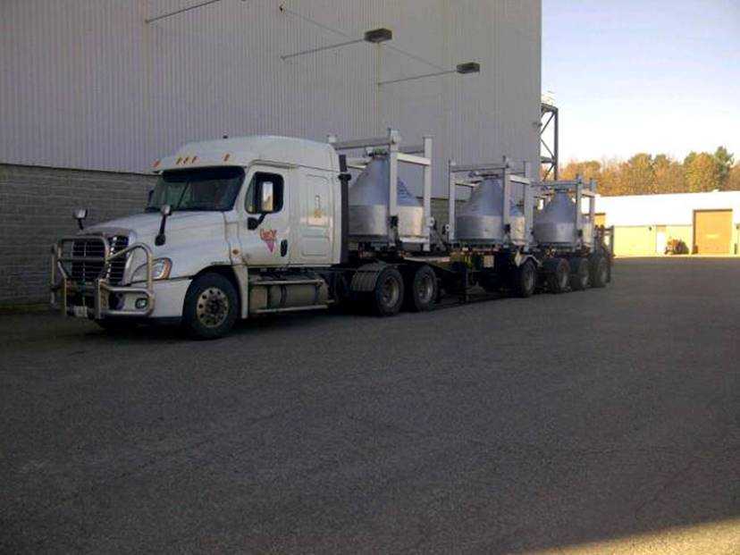 Cette photo montre un camion chargé de récipients de transport remplis de trioxyde d'uranium (UO3) qui seront envoyés à l'Installation de conversion de Port Hope.