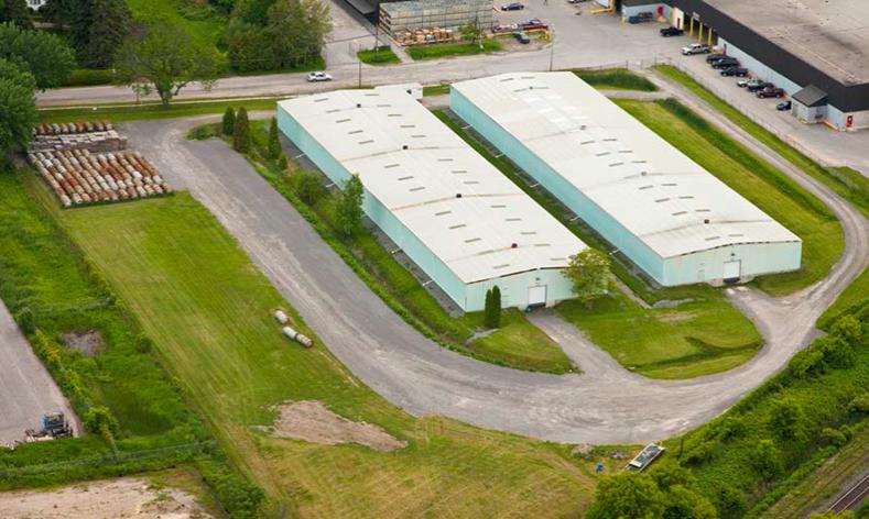 Cette photo montre une vue aérienne de l'emplacement du site 2 de l'Installation de conversion de Port Hope. Ce site se compose de bâtiments de stockage.